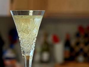 Champagne_flutes_glasses_bubbles by Jon Sulllivan pub domain wiki