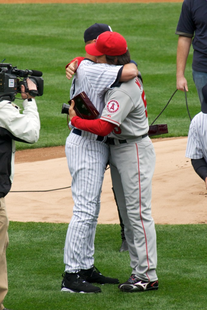 photo of Derek Jeter hugging Hideki Matsui